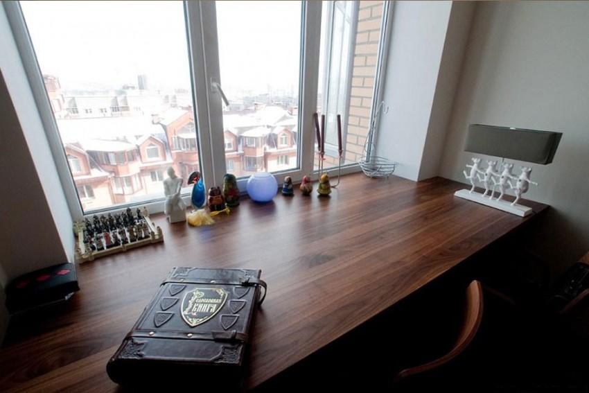 Дизайн комнаты с подоконником столом