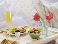 Столик для завтрака — советы по подбору удобной и практичной модели (100 фото)